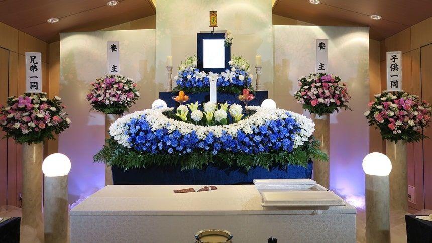 家族葬の小さな祭壇と供花
