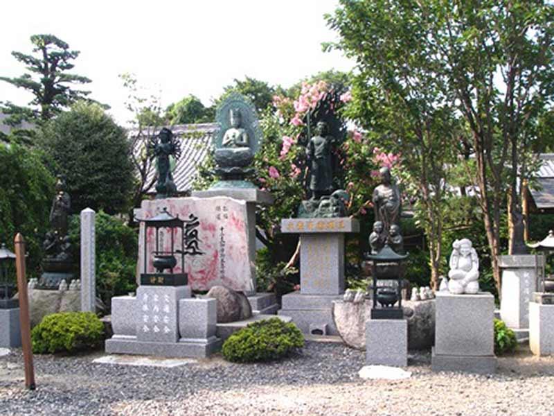東福寺墓苑 山門横に並ぶ大日如来像や複数の観音様