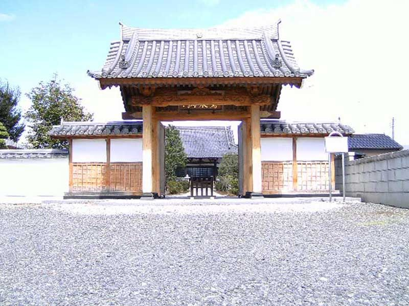 長光寺 白い玉砂利が敷かれた山門