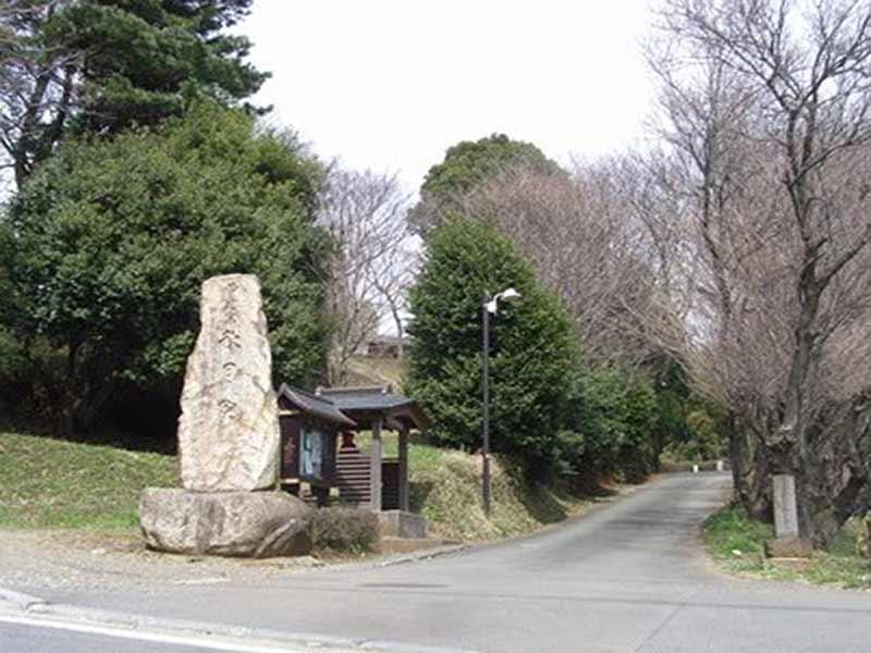長澤山 秋月院 石碑と広い参道