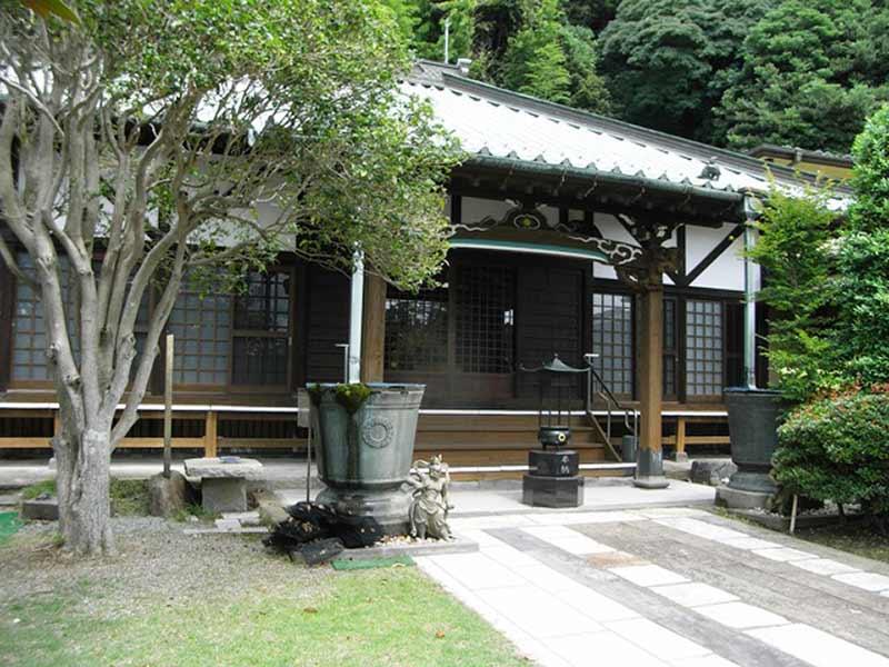 東林寺 手入れが行き届いた庭園