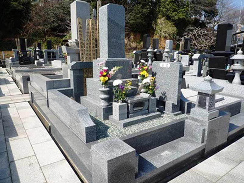 興福寺 花が添えられた墓石