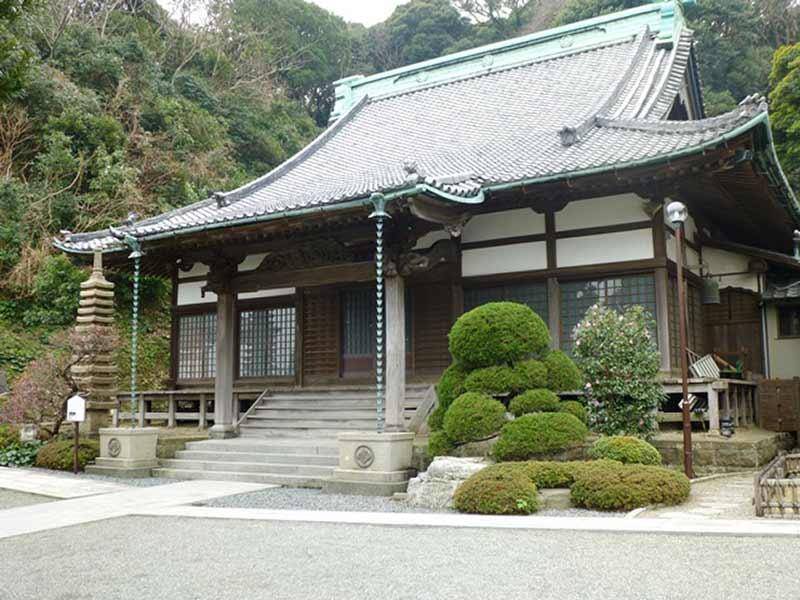 西徳寺 自然に囲まれた本堂