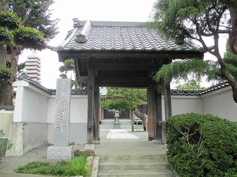 信法寺 白壁が美しい山門