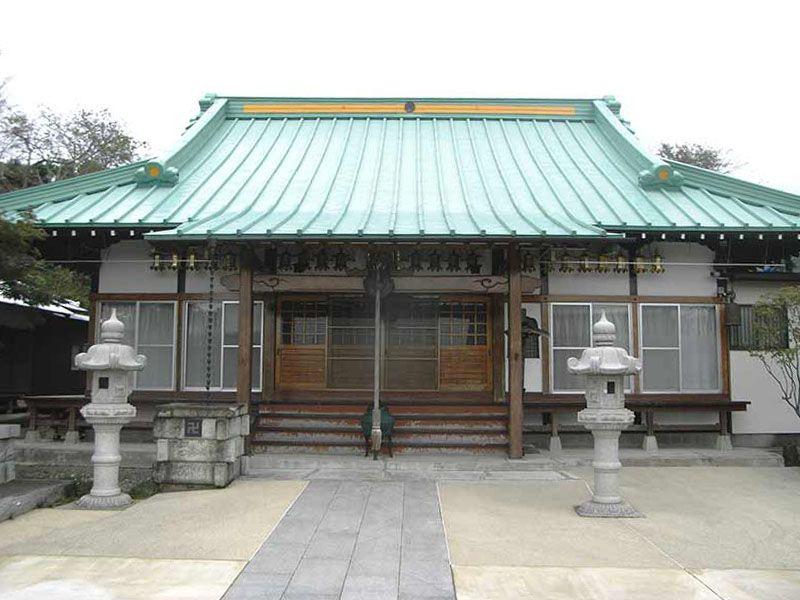 長源寺 灯篭が立ち並ぶ本堂