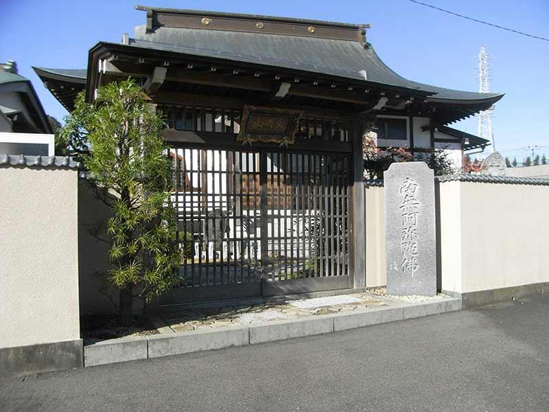 中郡二宮樹木葬永久の郷 植栽が添えられた入口
