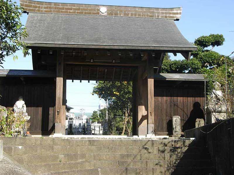 清岩寺 高台にある山門