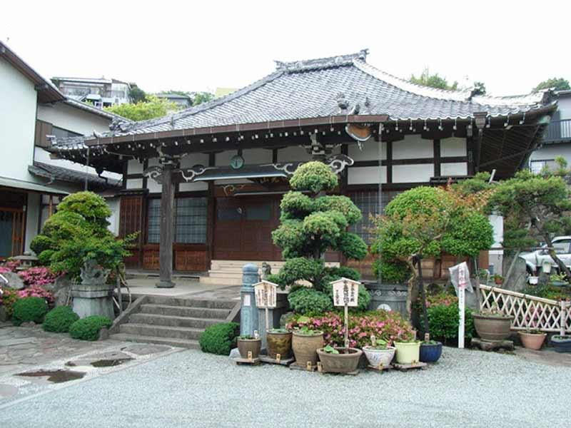 発心寺 植栽が配置された本堂