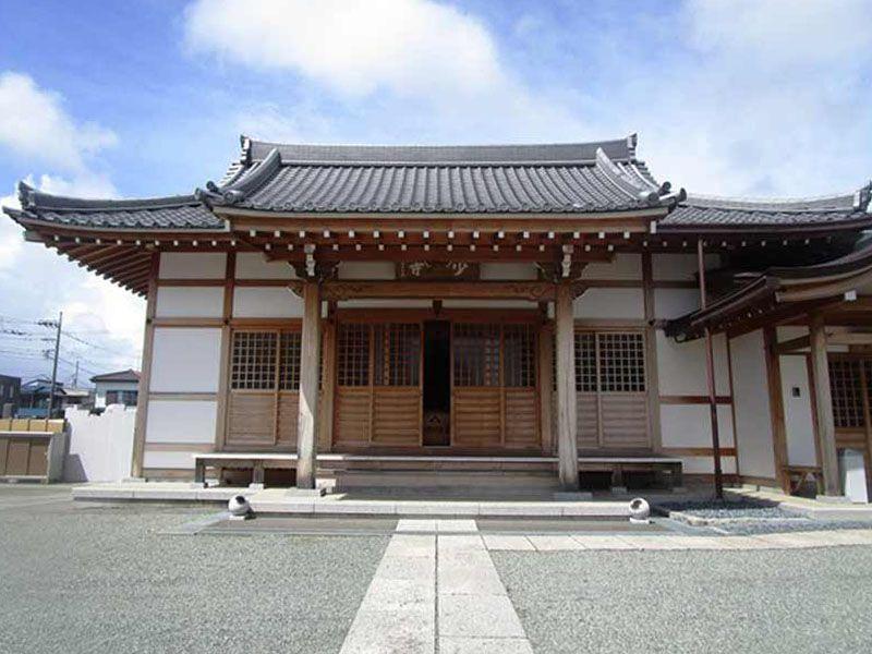 少林寺 白い参道が目を引く本堂