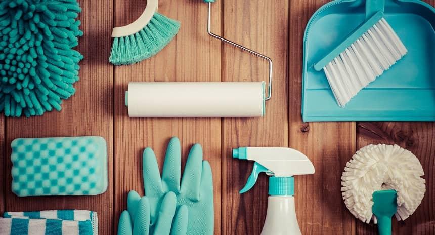 青色の掃除道具が並んでいる