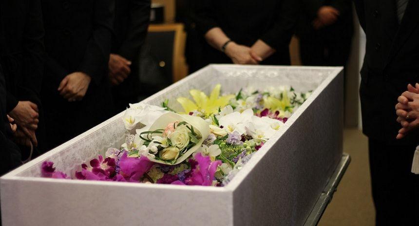 棺を取り囲む喪服を着た家族