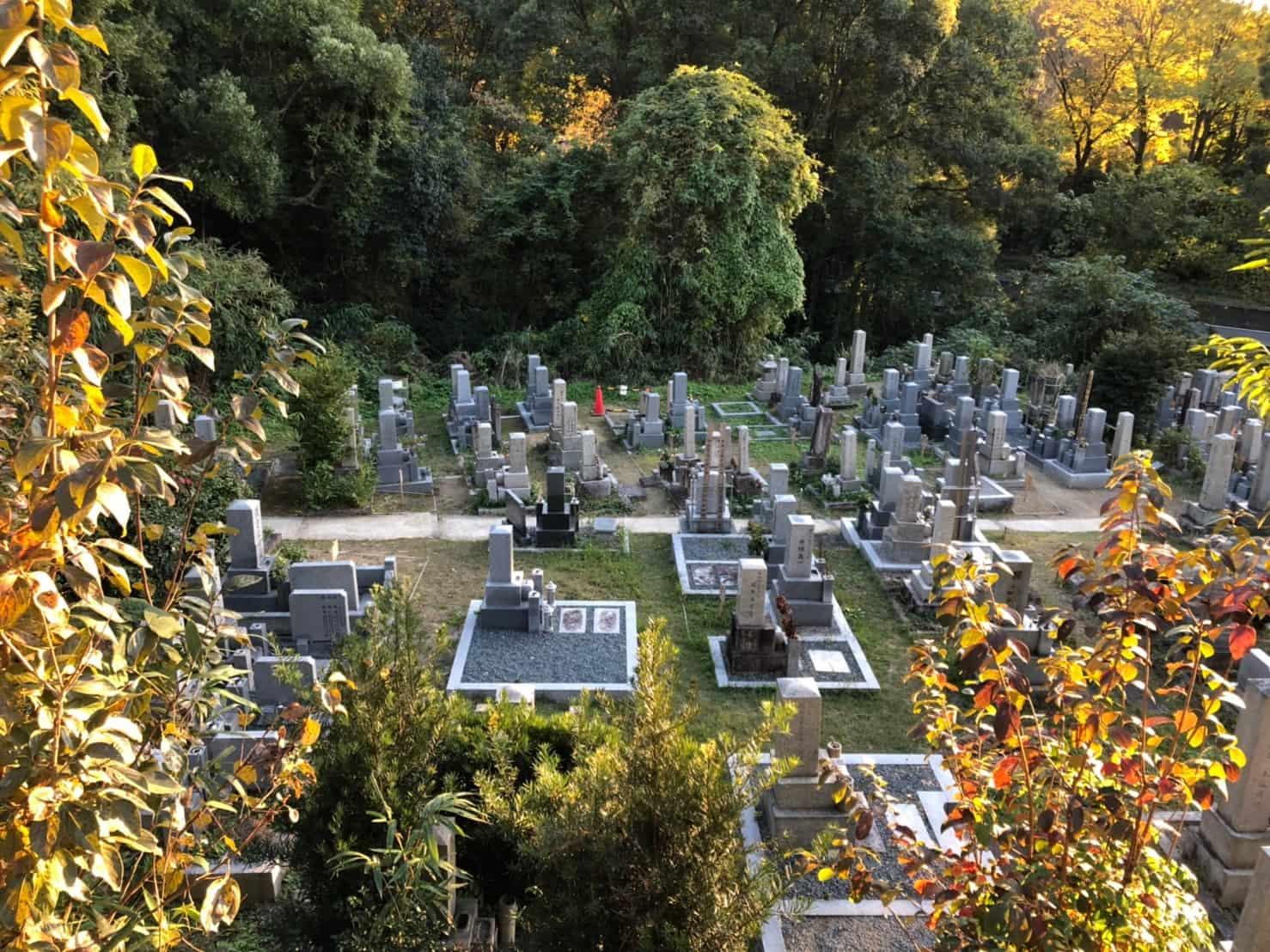 段々になっている京都市営清水山墓地