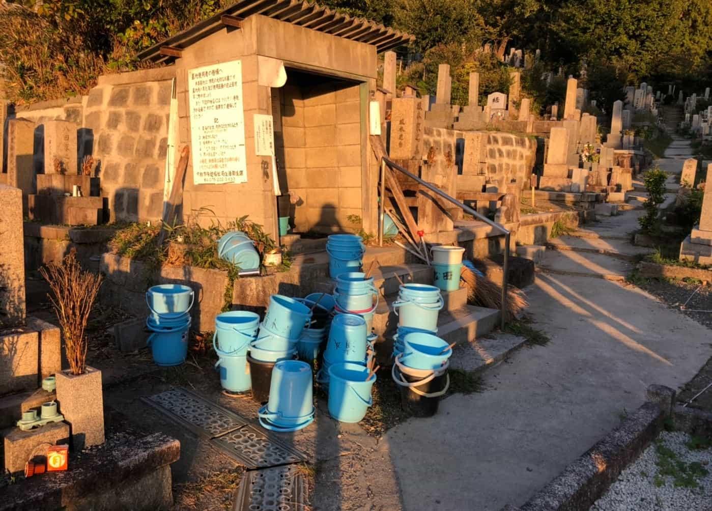 京都市営清水山墓地のバケツ置き場