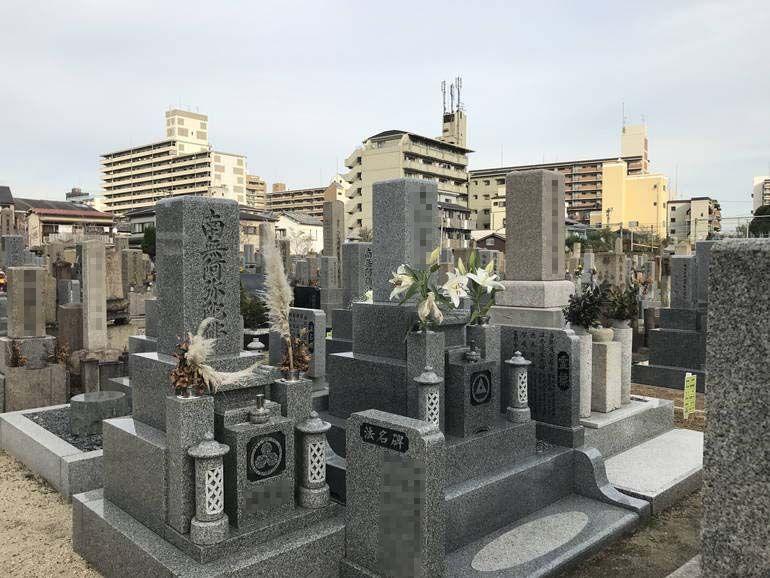 大阪市設 北霊園 思い思いの花を供えられた墓石
