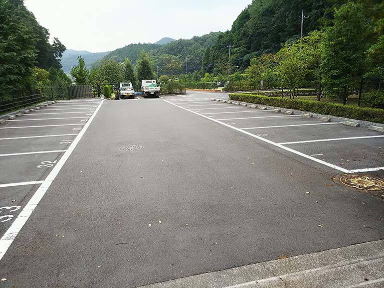 八王子上川霊園の広々とした駐車場