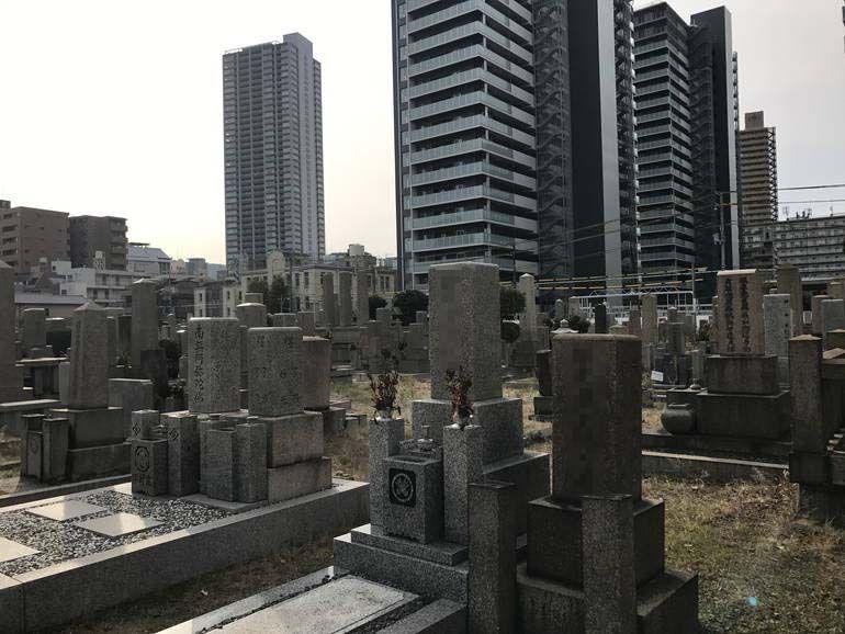 大阪市設 北霊園 霊園に隣接した高層ビル群