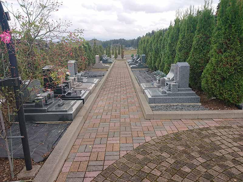 フジパーク霊園 見附 バリアフリーでレンガ調の参道