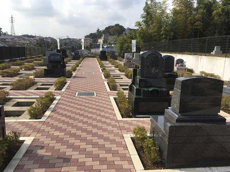 二宮霊園 ひかりの丘 レンガ造りの平坦な参道