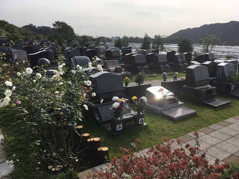 メモリアルパーク花の郷墓苑 厚木宮の里 様々なデザインの墓石が並ぶ