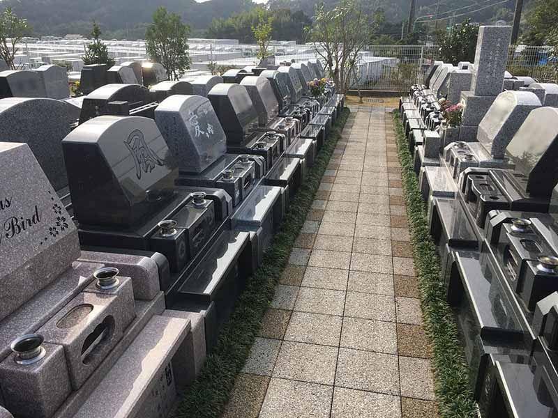 メモリアルパーク花の郷墓苑 厚木宮の里 幅が広くゆったりとした参道