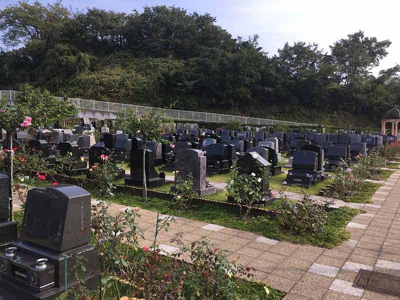 メモリアルパーク花の郷墓苑 厚木宮の里 色とりどりのバラに囲まれた墓域