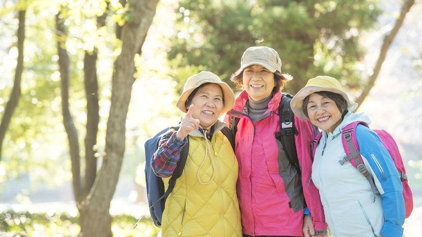 ハイキングをしている老人の女性3人