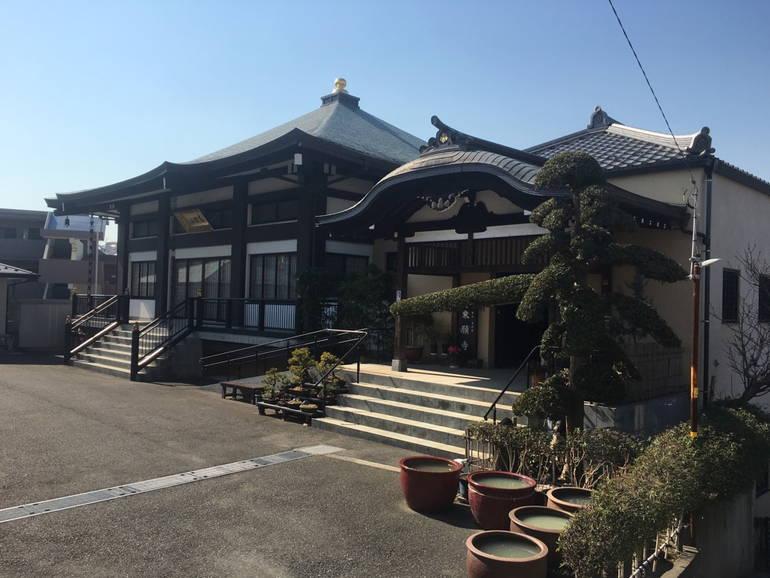 乗願寺 浄華台 趣のある本堂の外観