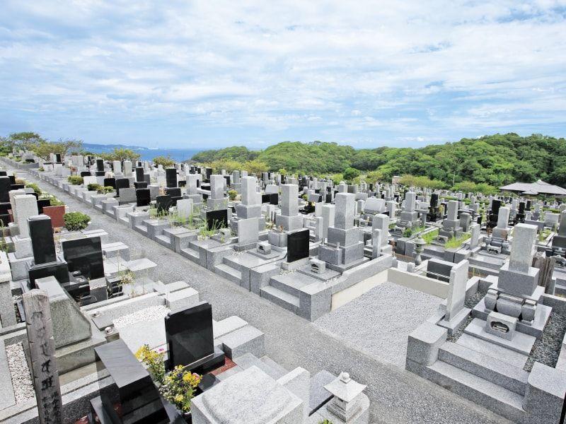 海を見張らせるお墓が立ち並ぶ三浦霊園