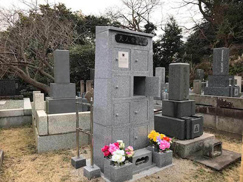 法性寺 のうこつぼ 花が供えられた永代供養墓