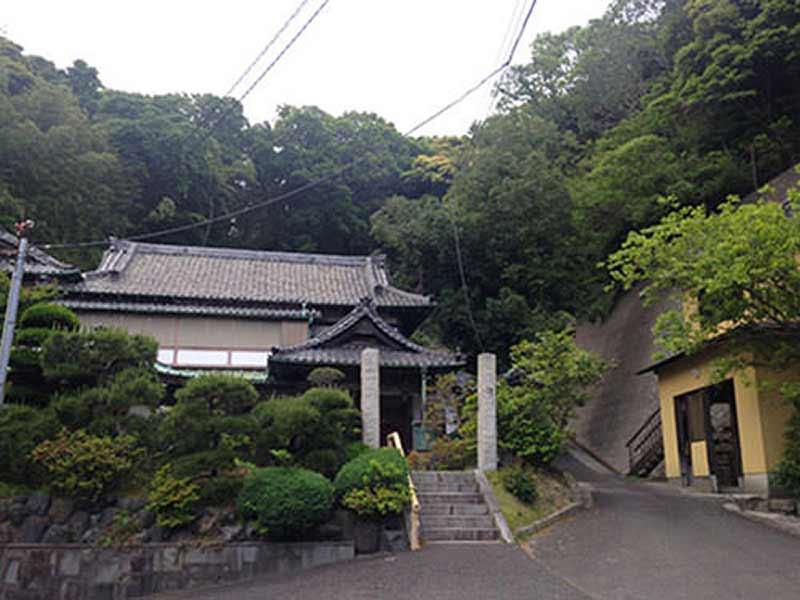 法性寺 のうこつぼ 自然に囲まれた本堂