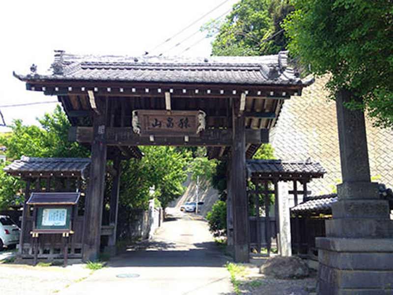 法性寺 のうこつぼ 扁額が飾られた山門