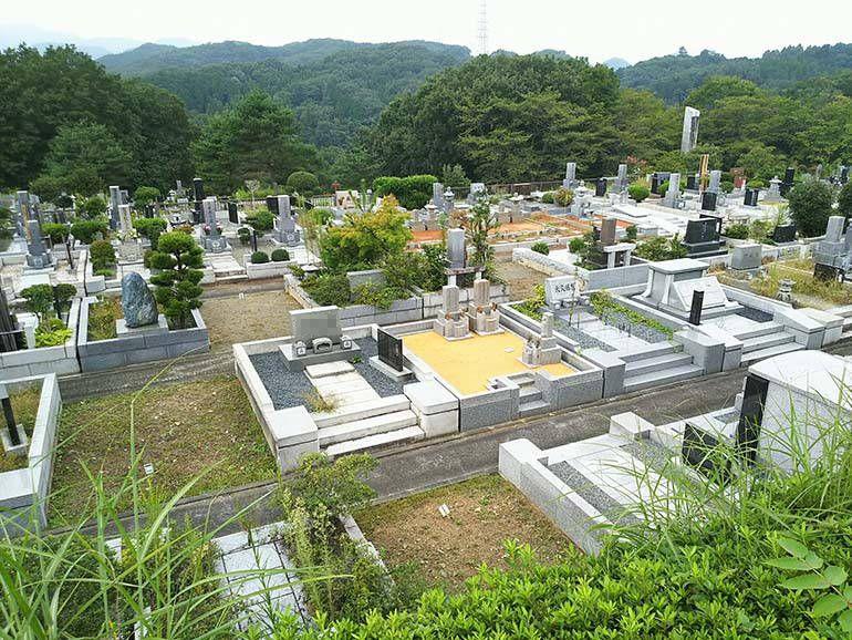 八王子上川霊園の大きな区画に仕切られた墓域