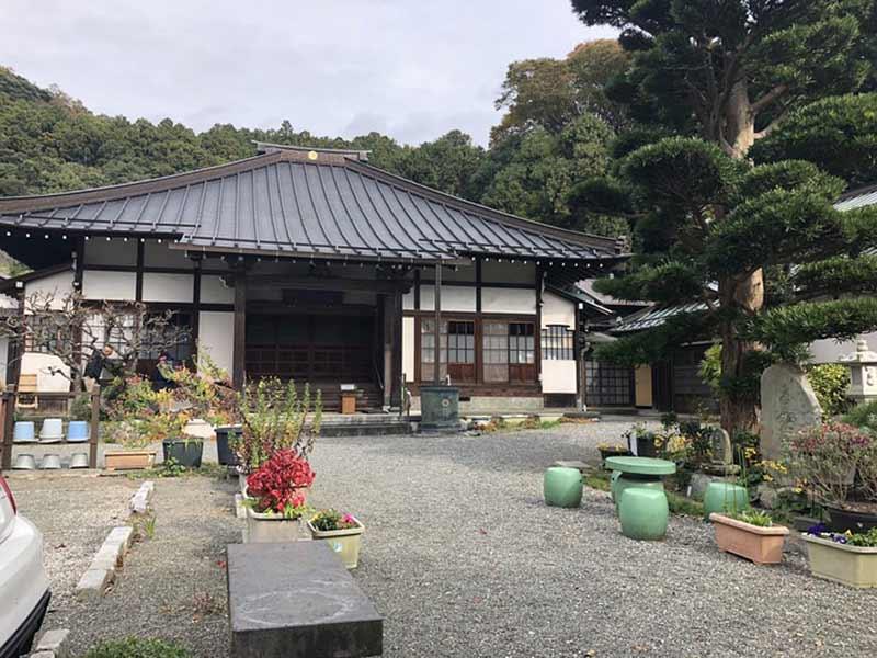慶林寺 のうこつぼ 庭園に置かれた石椅子