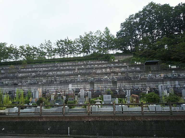 八王子上川霊園の斜面一面にあるお墓