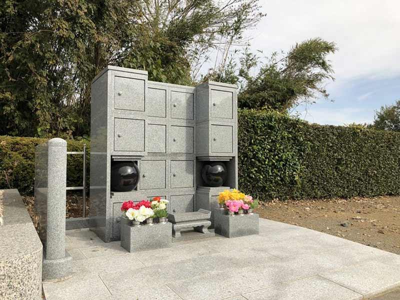 慶林寺 のうこつぼ 花が供えられた納骨墓