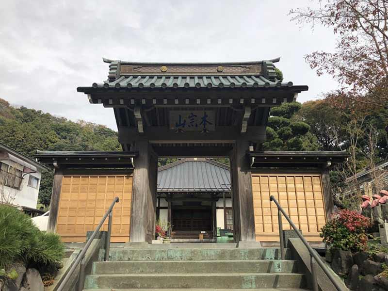 慶林寺 のうこつぼ 自然に囲まれた山門