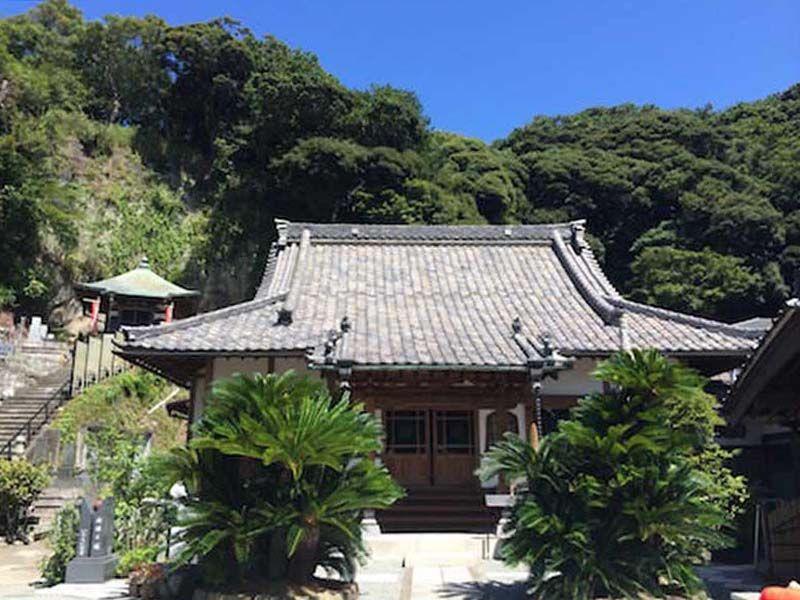 豊かな緑に囲まれた薬王寺