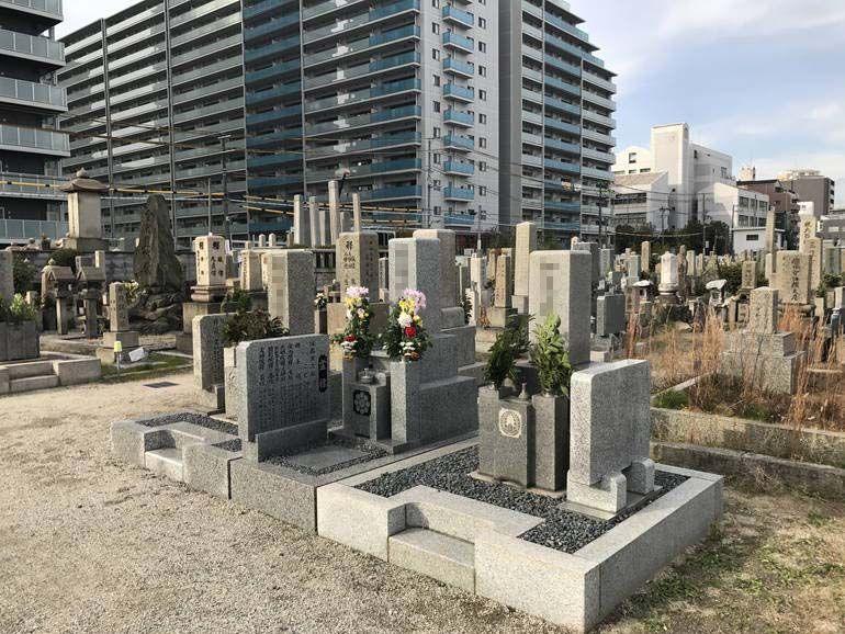 大阪市設 北霊園 花が供えられた墓石