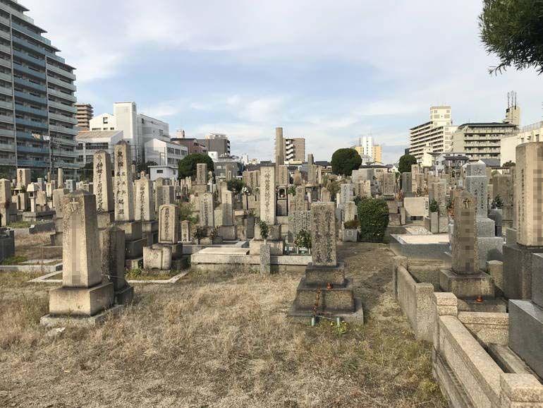 大阪市設 北霊園 様々なデザインの墓石