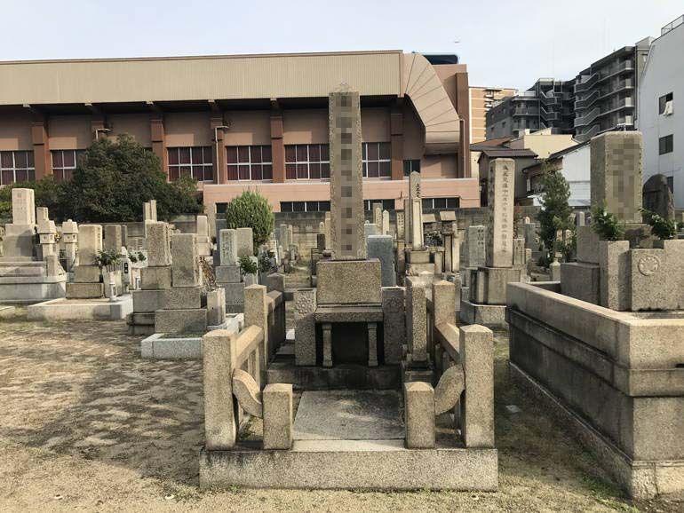 大阪市設 北霊園 背の高い墓石