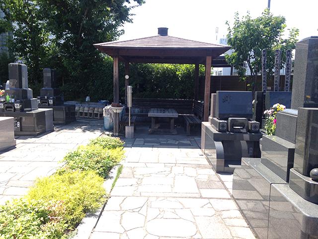 高島平霊園 墓域内の屋根付き休憩所
