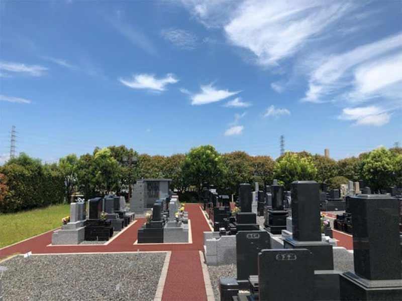 光明寺墓苑 木々に囲まれた墓域