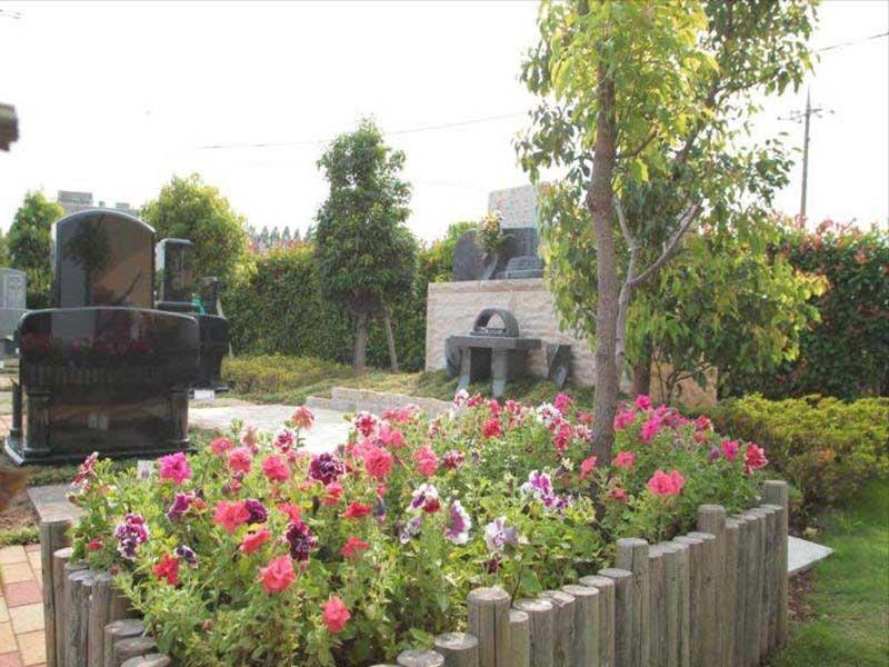 うらわ秋ヶ瀬霊園 「永遠の絆」永代供養墓 鮮かな花が咲く花壇