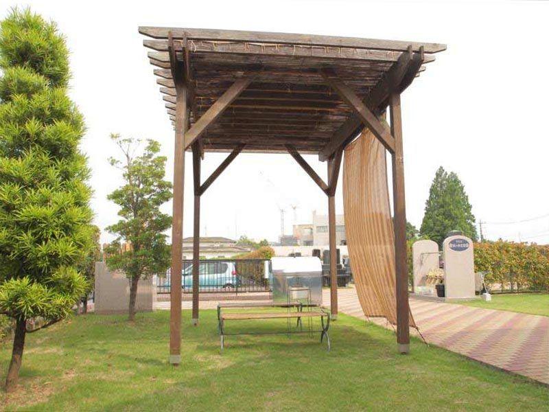 うらわ秋ヶ瀬霊園 「永遠の絆」永代供養墓 シェードの付いた休憩スペース