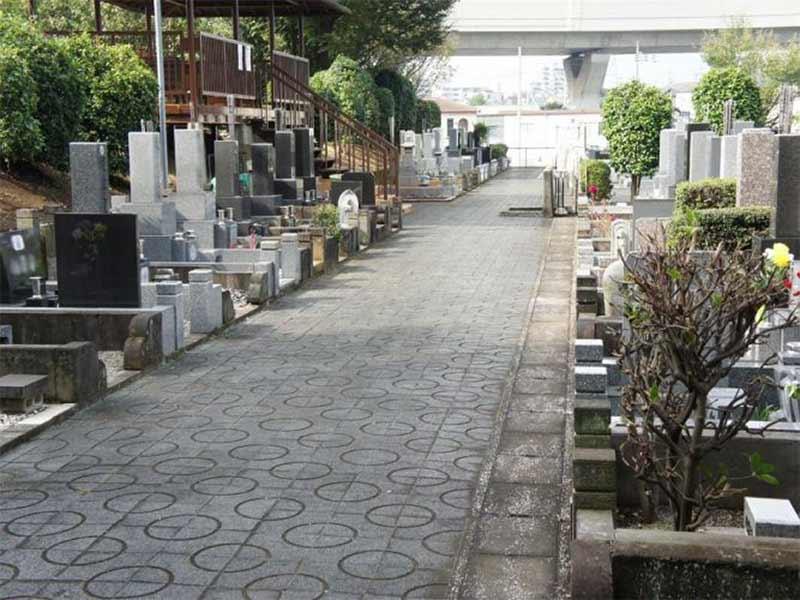 川口市営 安行霊園 バリアフリー設計で段差を気にせずお参りできる墓域