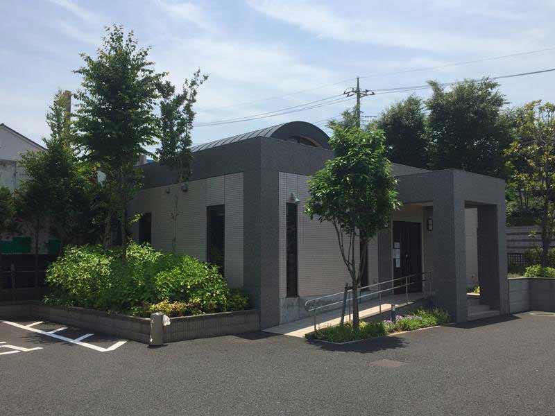 川口メモリアル和楽邸 スロープのある管理棟入口