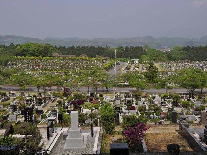 秩父市営 秩父聖地公園やすらぎの丘 小高い山の上にある霊園風景