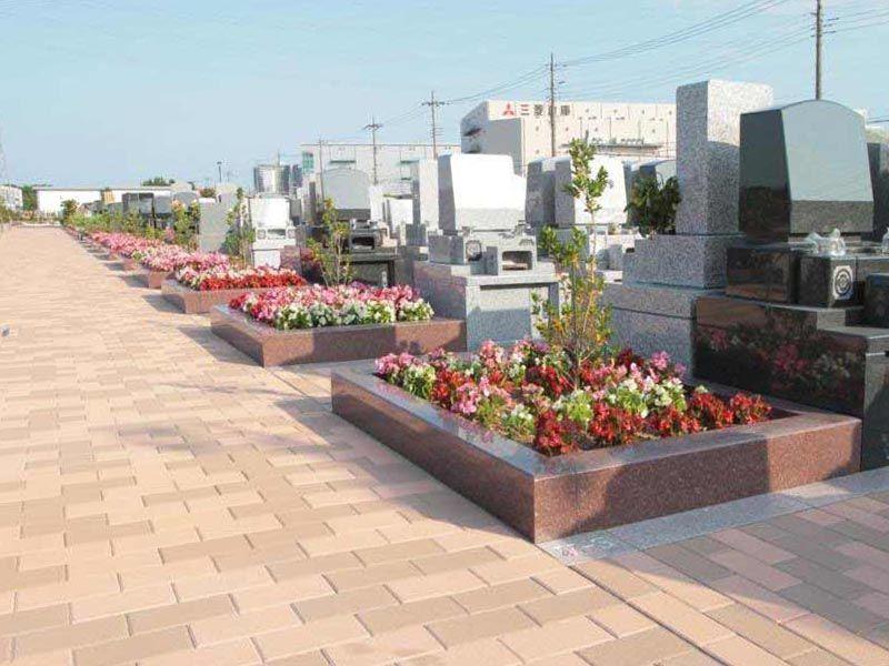 吉川美南霊園 太陽の眠り 手入れされた花壇が並ぶ参道