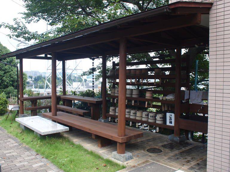 黒川光墓苑 屋根付きの水汲み場