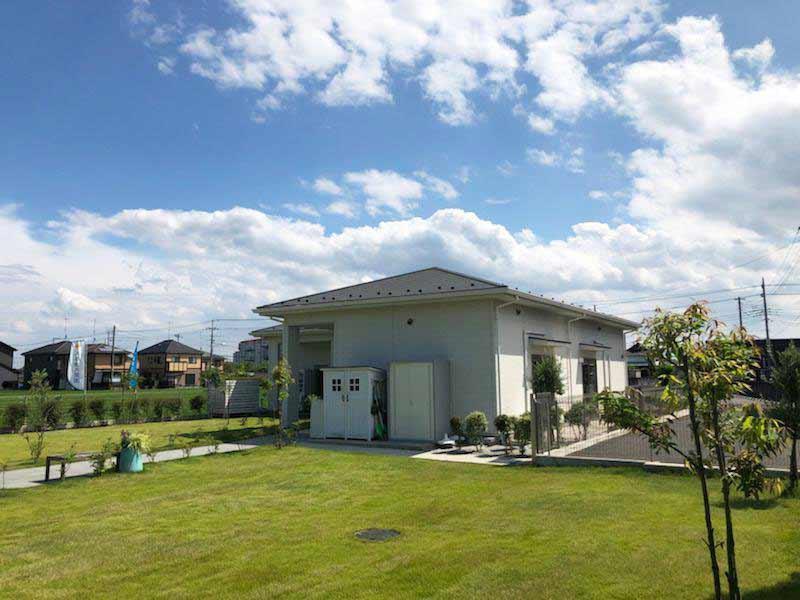 メモリーガーデン久喜清久霊園 手入れされた芝が美しい管理棟